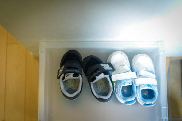 2足の子どもの靴