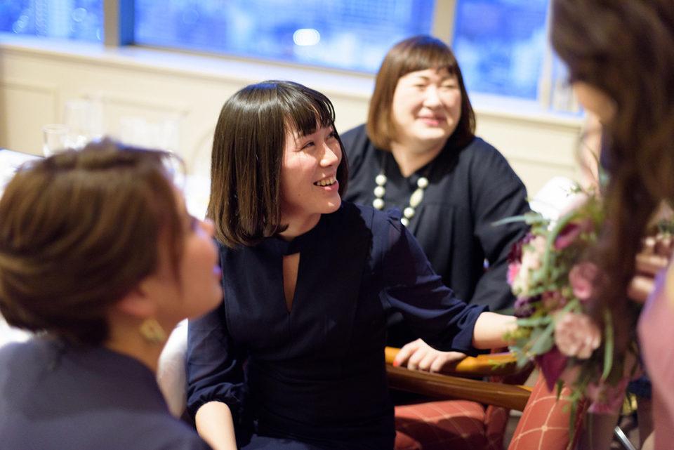 笑顔で新婦を見上げる女性ゲスト