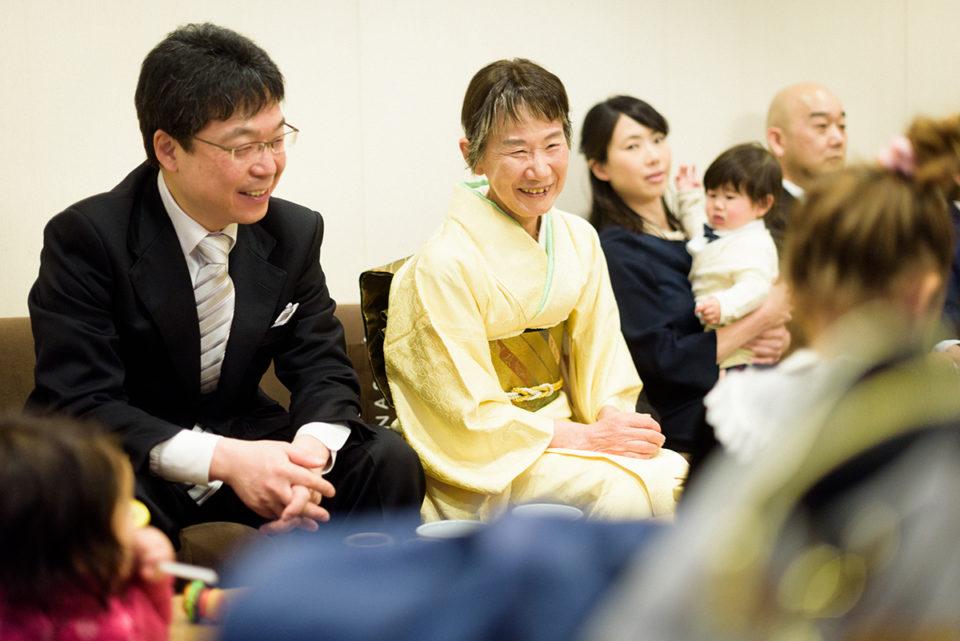 八芳園の親族控室で談笑する親族