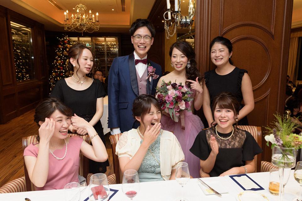 記念写真の合間に大笑いする新郎新婦とゲスト