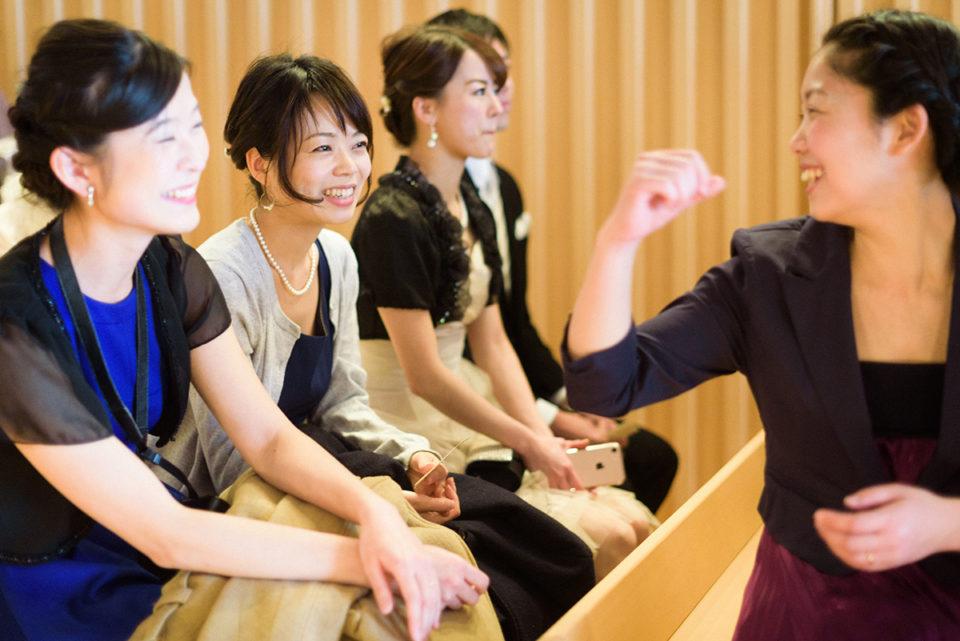 挙式前に談笑する女性ゲスト