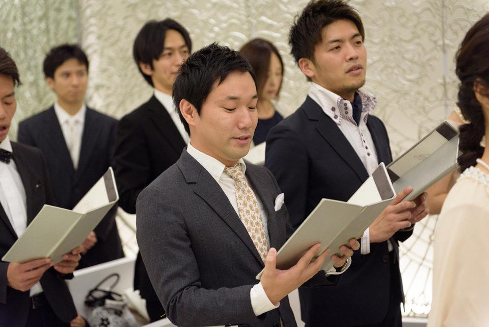 聖歌を歌うゲスト
