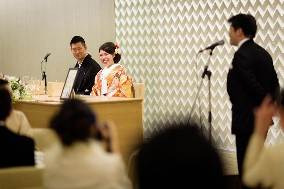 ゲストのスピーチを聞いて笑う新婦