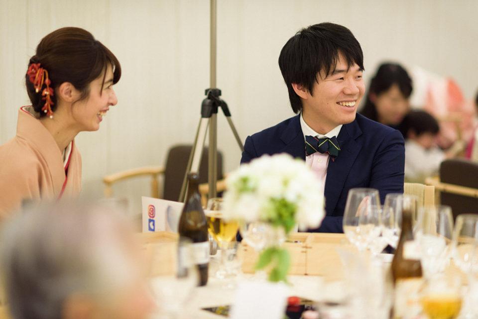 微笑む新婦の兄弟