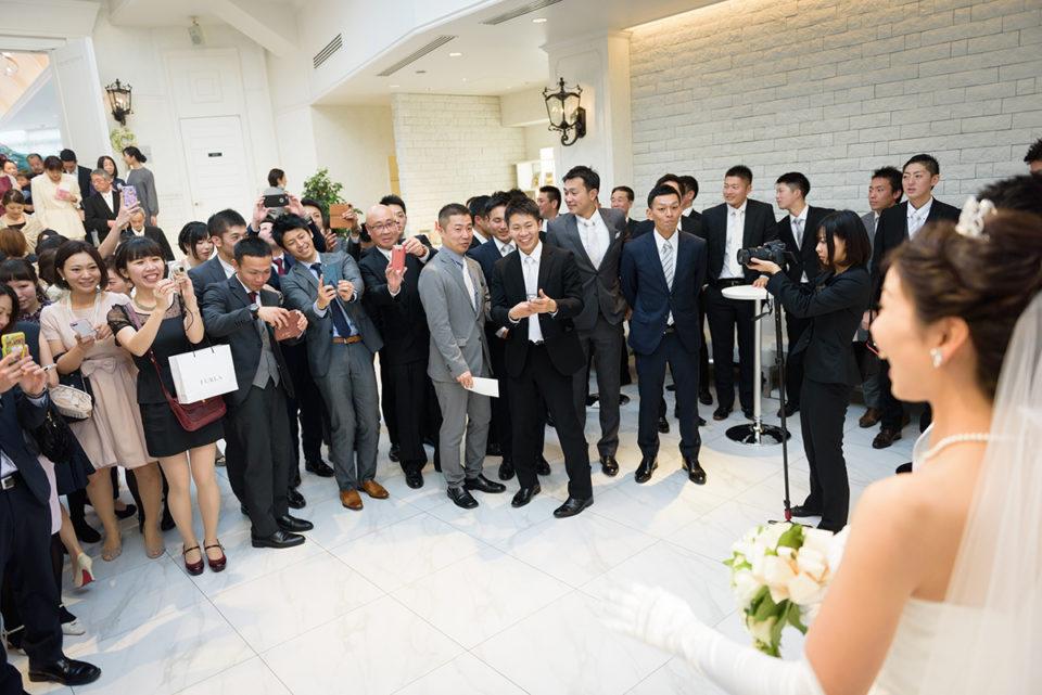 アフターパーティーで新郎新婦を囲むゲスト