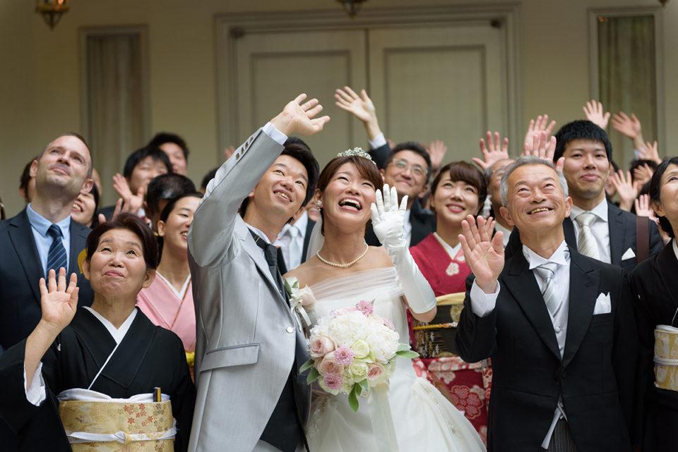 アーフェリーク白金での集合写真で手を振る新郎新婦