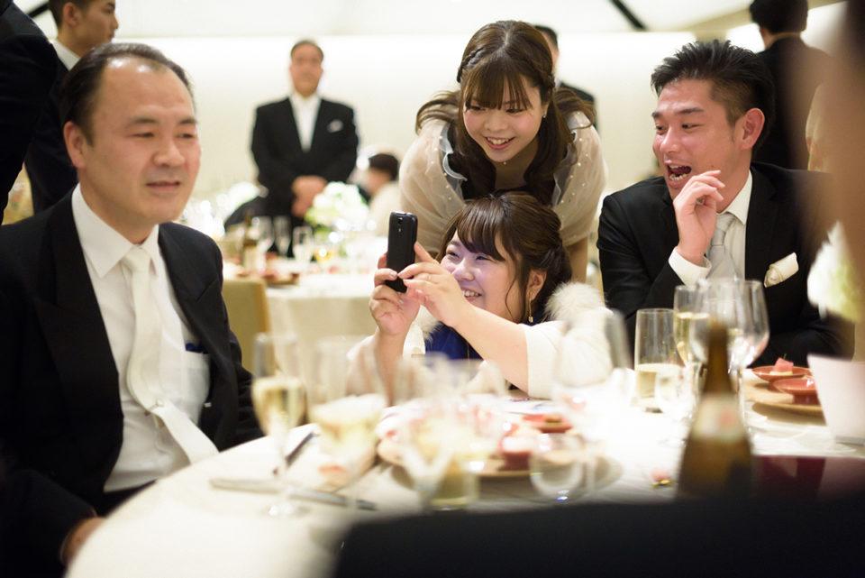 笑顔でカメラを向ける女性ゲスト