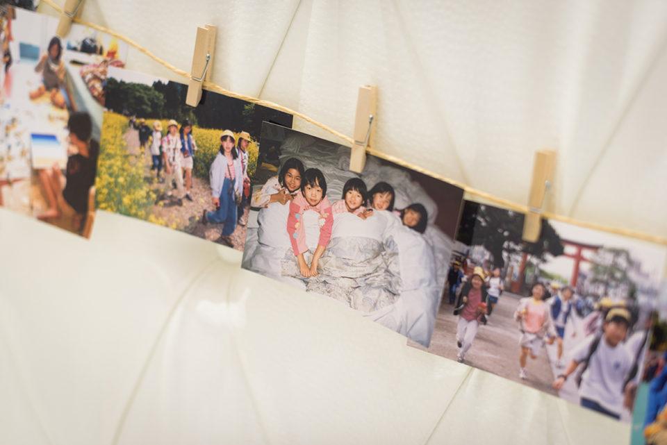 壁に飾られた幼少期の新婦の写真