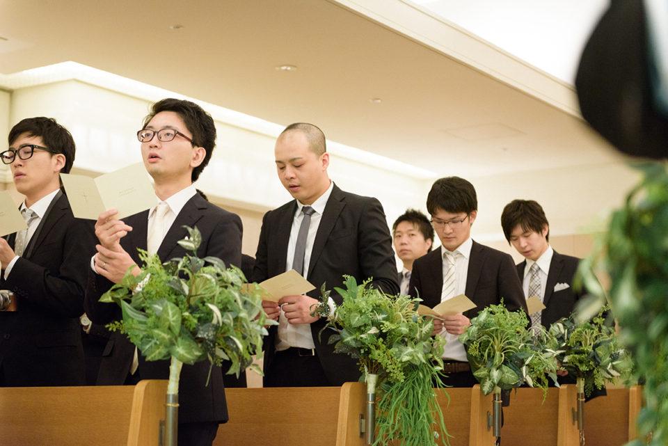 聖歌を歌う男性ゲストたち