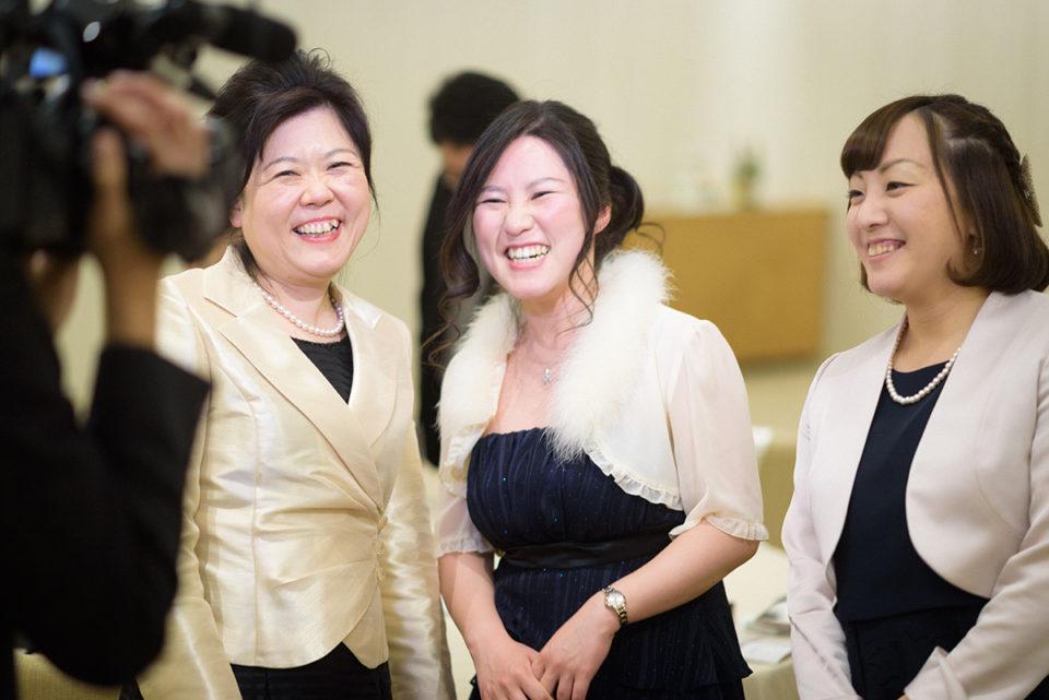 ビデオカメラに向かって笑顔を向ける女性ゲスト