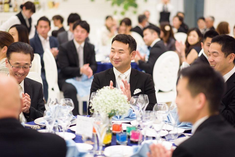 笑顔で拍手をする男性ゲスト