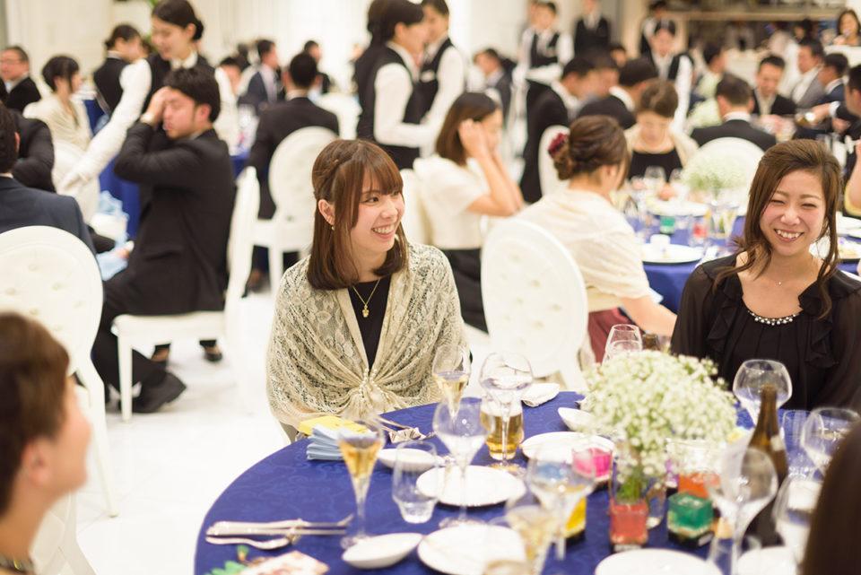 ゲストテーブルで笑う女性ゲスト