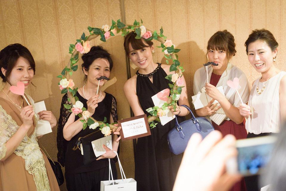 フォトアイテムを使って記念撮影をする女性ゲストたち