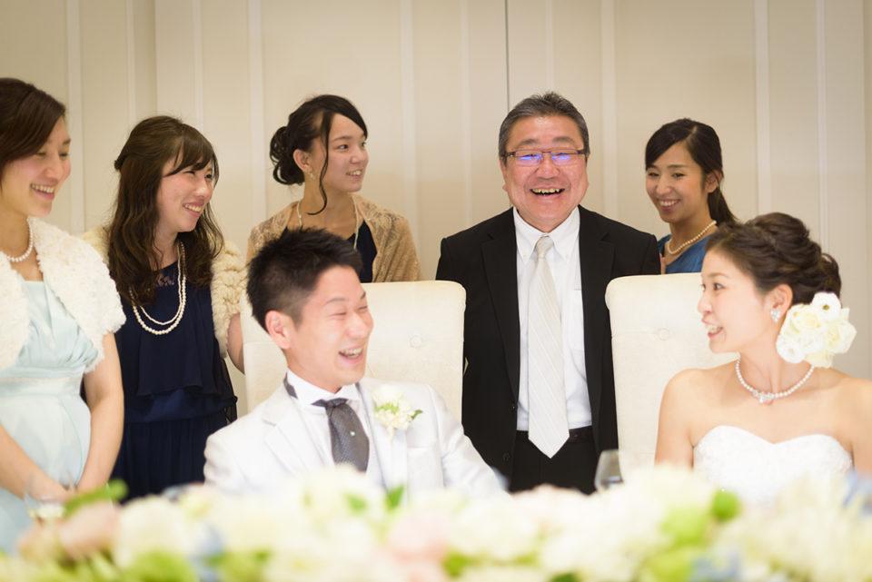 新郎新婦を囲んで笑うゲストたち