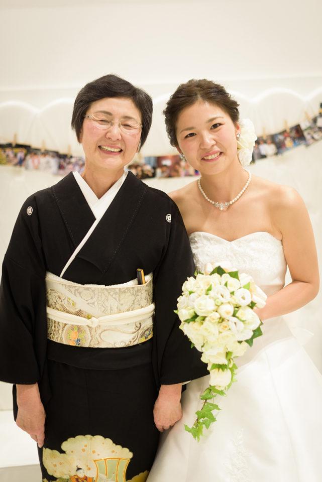 新婦とお母さんとの記念写真