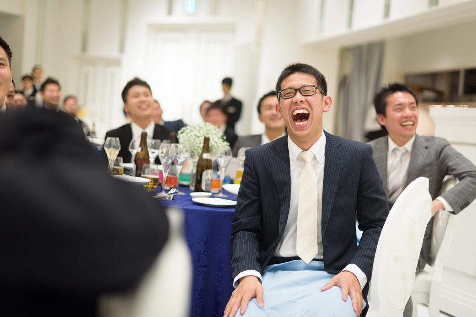 プロフィールムービーを見て笑う男性ゲスト