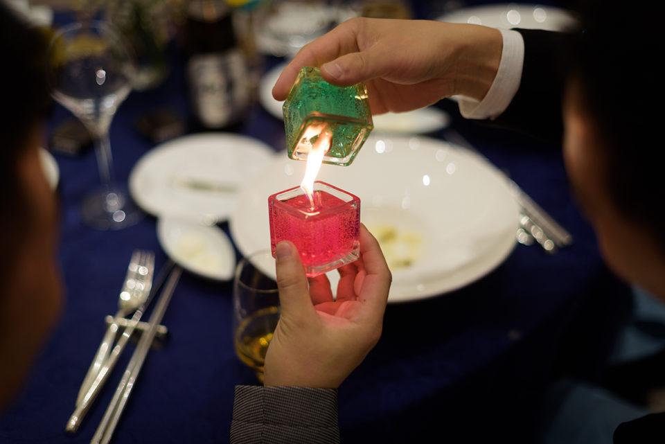 渡されるキャンドルの火