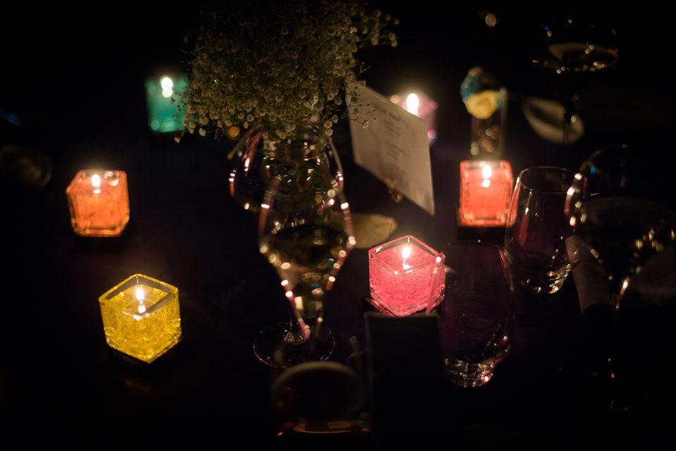 暗闇で光るキャンドルの火