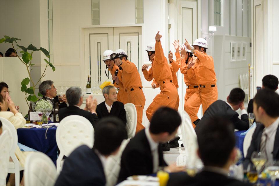 新郎側余興で入場する消防隊員たち