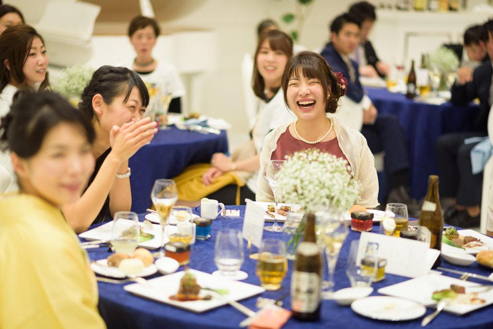 大笑いする女性ゲスト