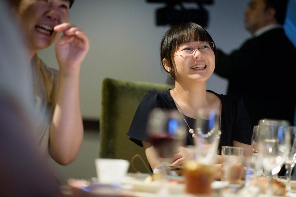 プロフィールムービーを笑顔で見つめる女性ゲスト