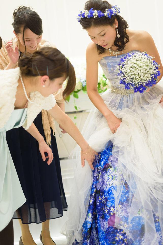 ドレスをゲストに見せる新婦