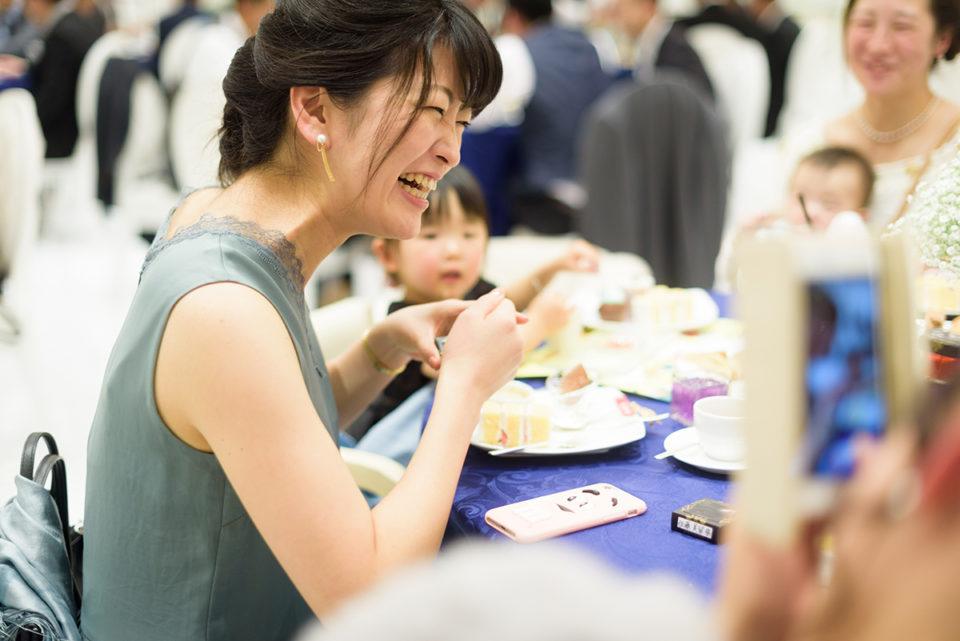 ゲストテーブルで大笑いする女性ゲスト