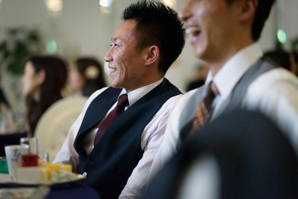 エンドロールムービーを笑顔で見つめる男性ゲスト