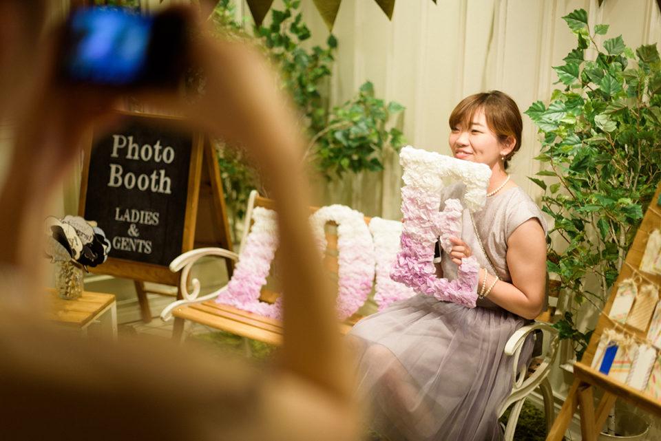 フォトブースで写真を撮る女性ゲスト