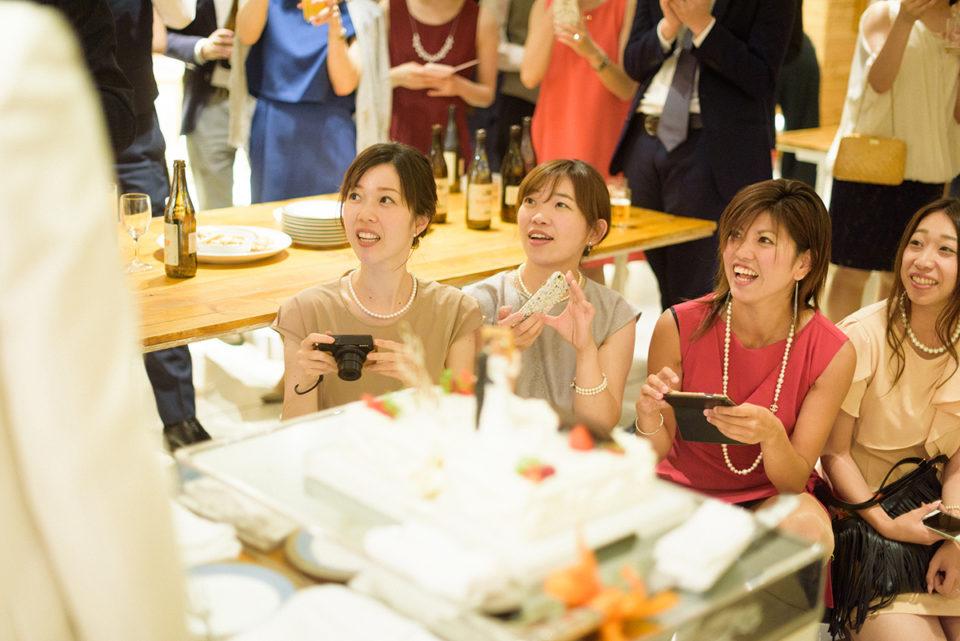 ファーストバイト用ビッグスプーンを驚きの表情で見つめる女性ゲスト
