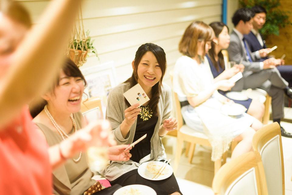 ビンゴを楽しむ女性ゲスト