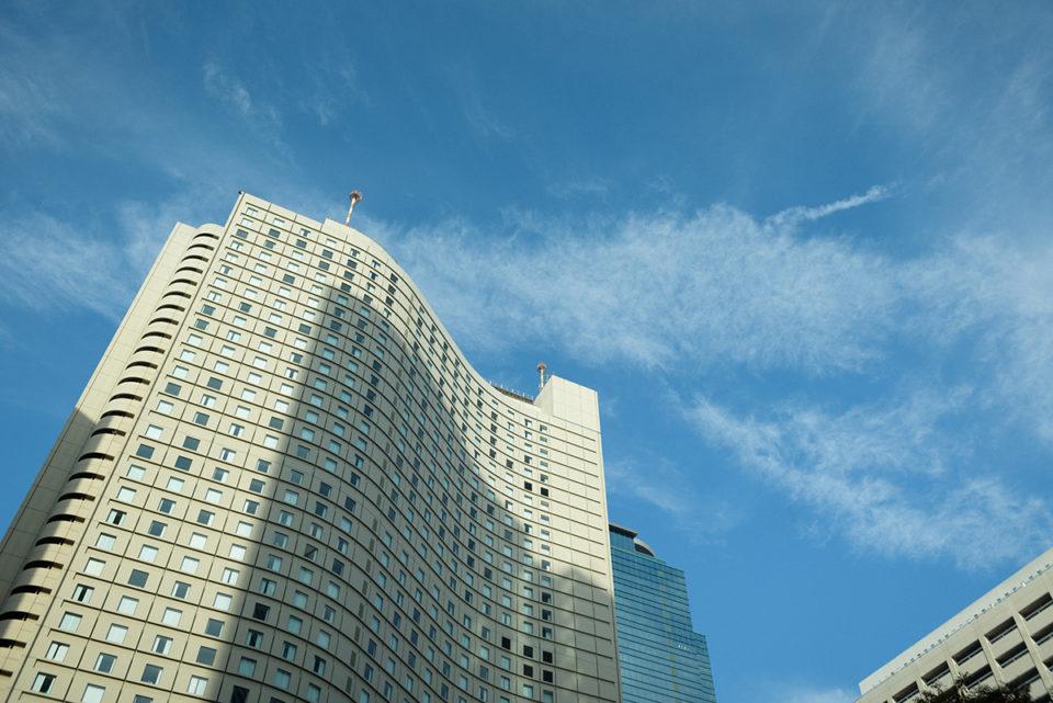 ヒルトン東京の外観と青空