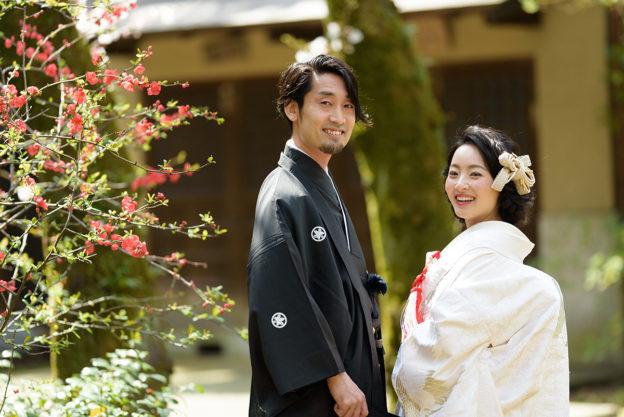 赤坂氷川神社の外でロケーション撮影をする新郎新婦
