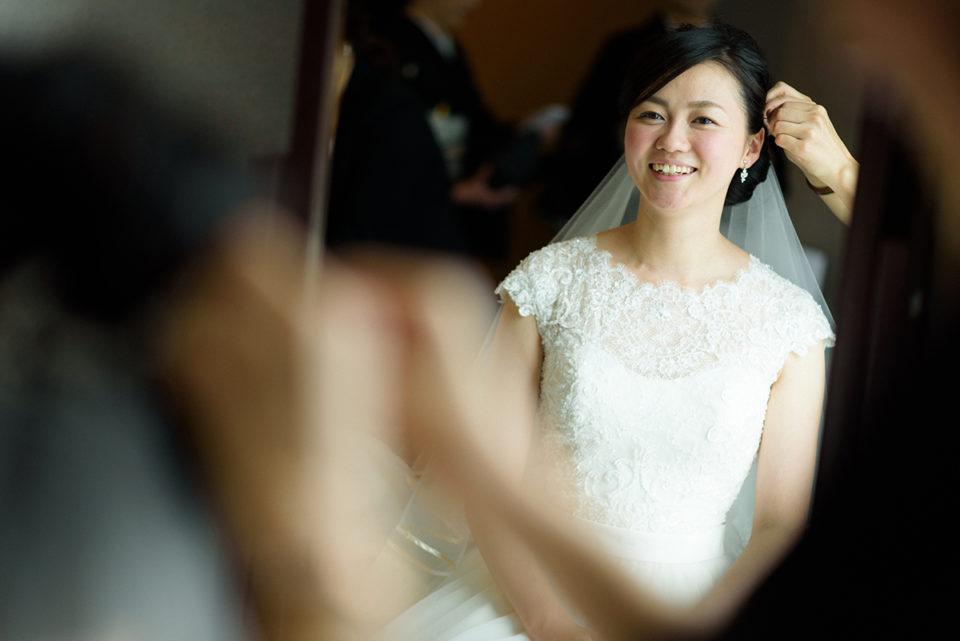 鏡の前でヘアアクセサリーをつける新婦