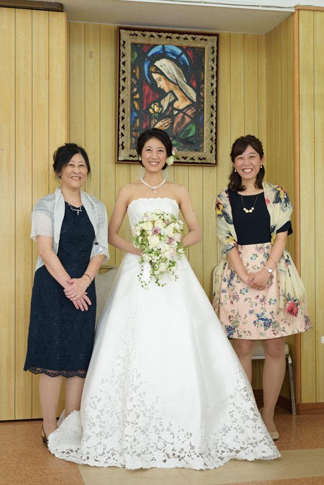 サレジオ教会の親族控室で家族写真を撮る新婦