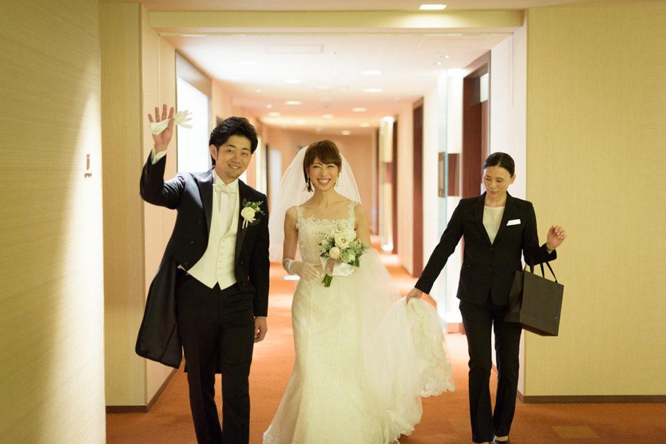 ヒルトン東京の廊下を歩く新郎新婦