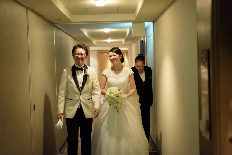 ホテルニューオータニの廊下を歩く新郎新婦