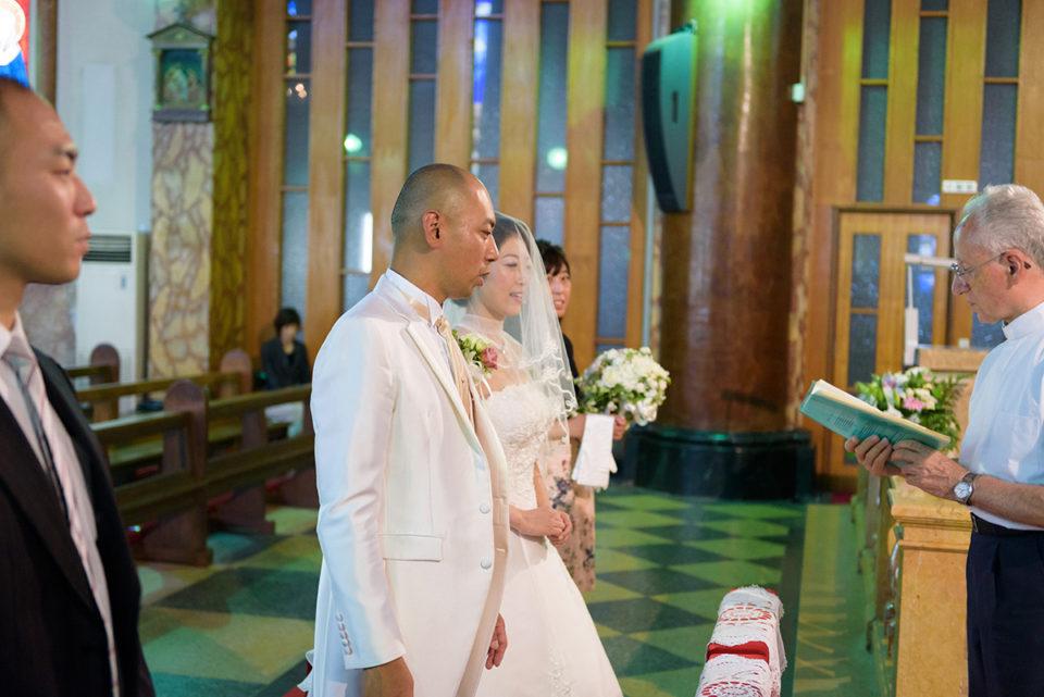 サレジオ教会の司祭から挙式の説明を受ける新郎新婦
