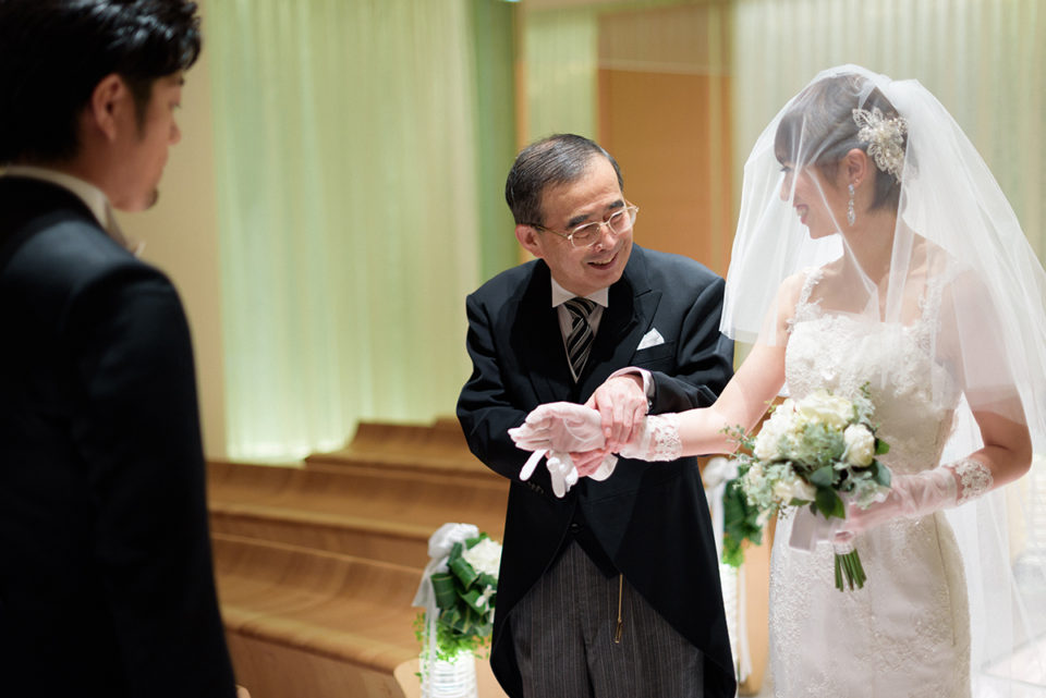 挙式リハーサルで新婦の手を撮るお父さん