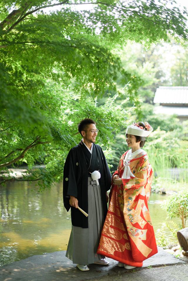 ホテルニューオータニの庭園でロケーションフォトを撮る新郎新婦