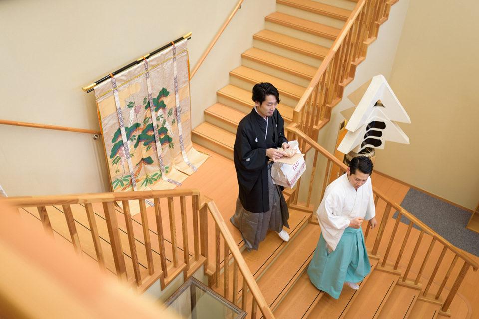 赤坂氷川神社の階段をおりてリハーサルに向かう新郎
