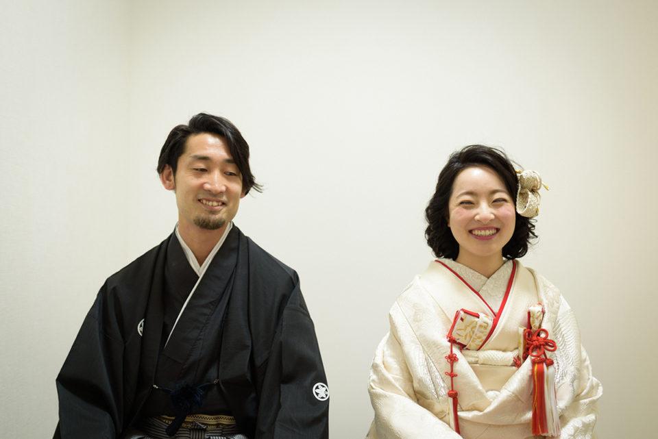 赤坂氷川神社のリハーサル室で笑う新郎新婦