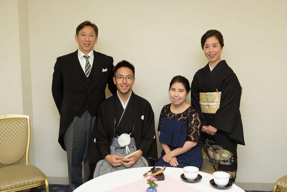 親族控室で家族写真を撮る新郎