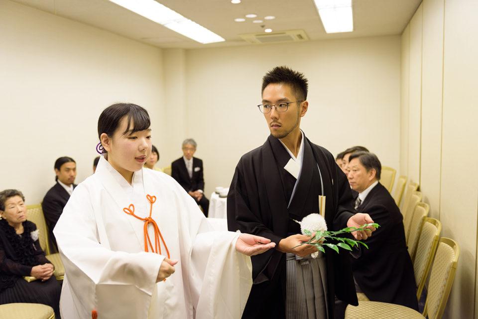巫女と玉串奉天のリハーサルをする新郎
