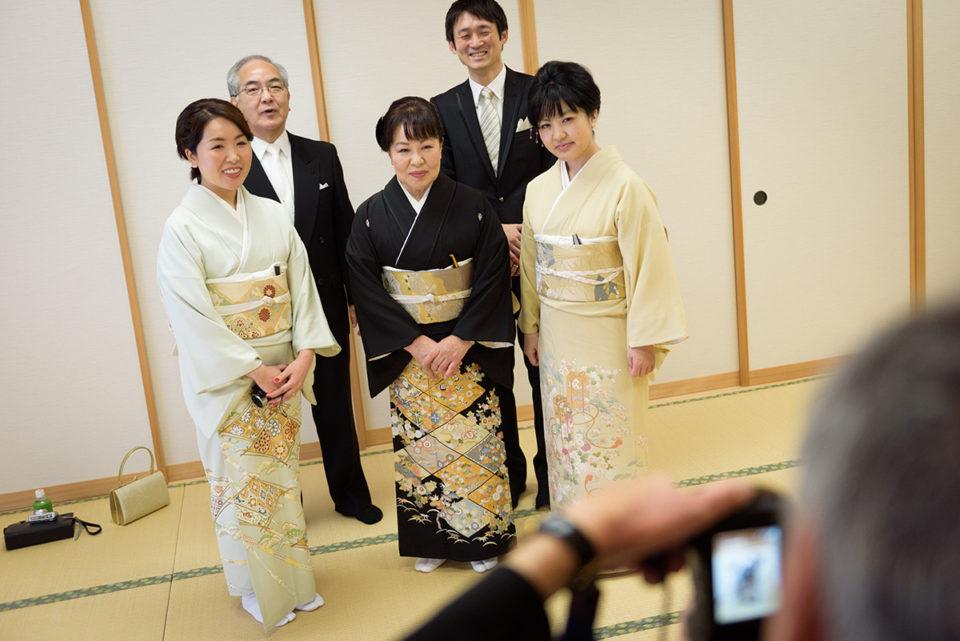 大広間で家族写真を撮る新婦家族
