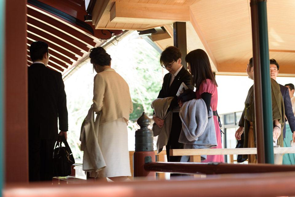 赤坂氷川神社の本殿に向かうゲストたち