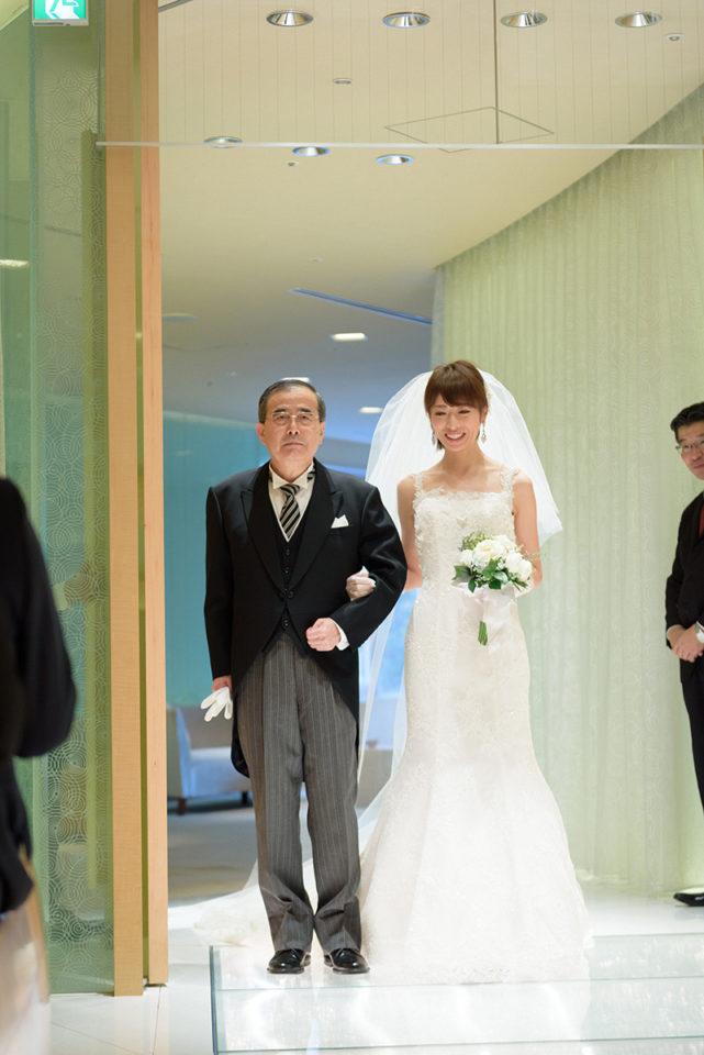 ヒルトン東京のチャペルに入場する新婦とお父さん