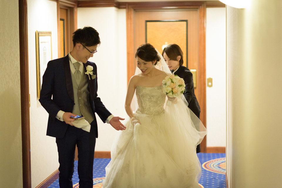 ウェスティンホテル東京の廊下を歩く新郎新婦