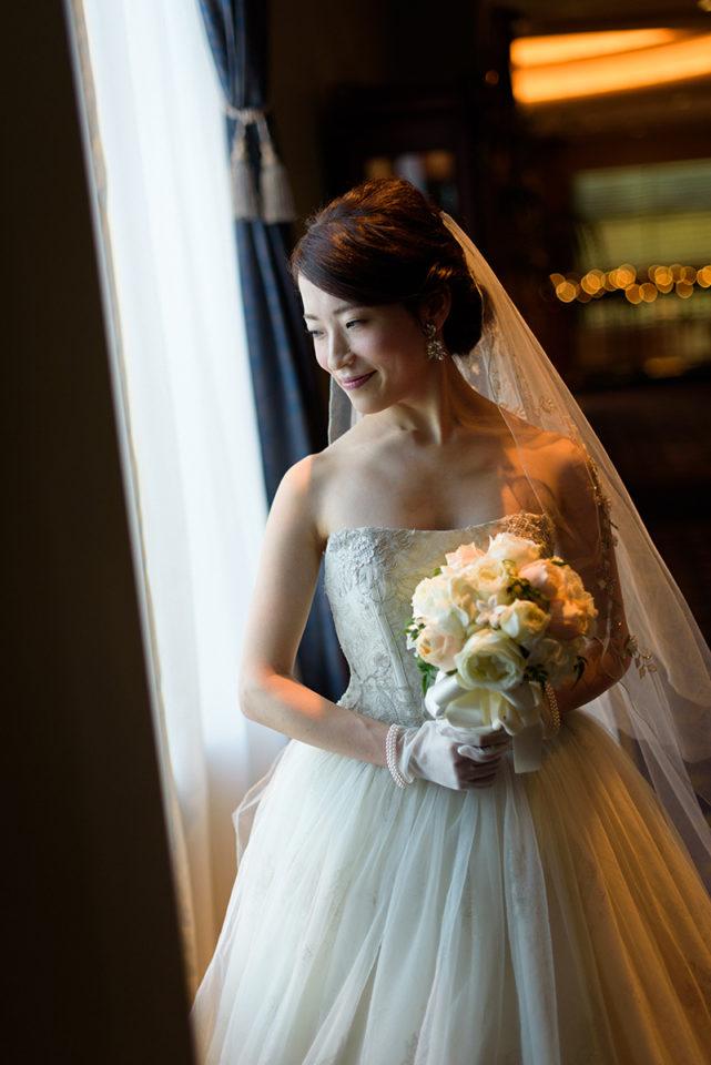 ウェスティンホテル東京の大窓に立つ新婦
