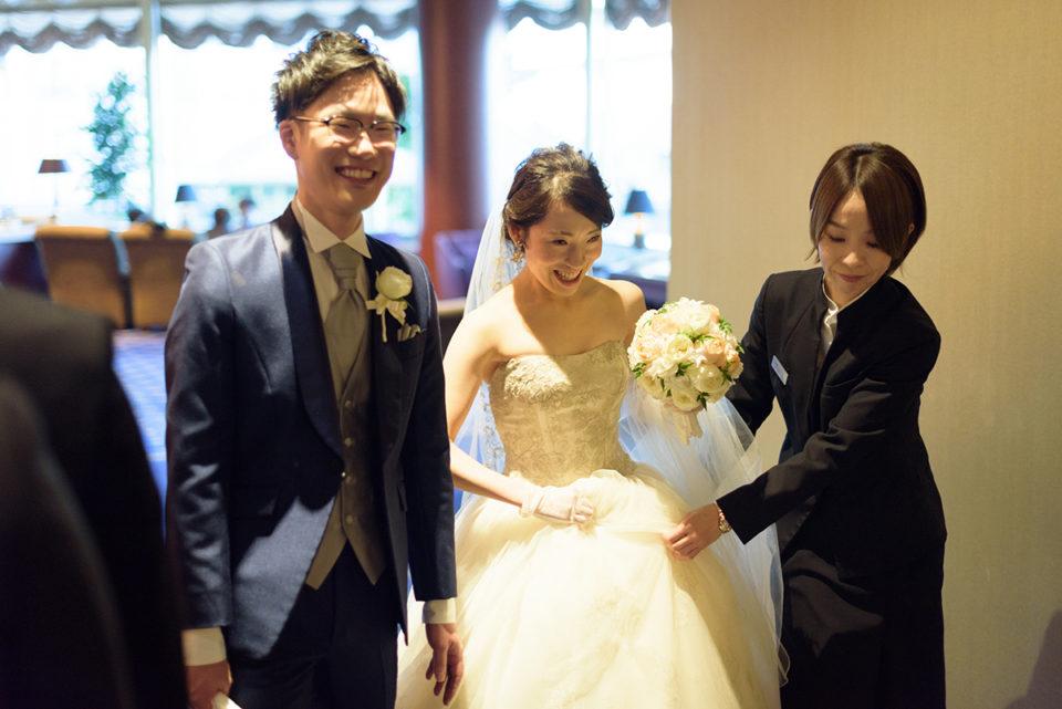 笑顔でウェスティンホテル東京の廊下を歩く新郎新婦